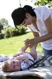 更改的母亲尿布 免版税图库摄影