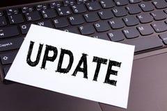更新在办公室特写镜头做的文字文本在便携式计算机键盘 数字式互联网改善的企业概念 免版税库存图片