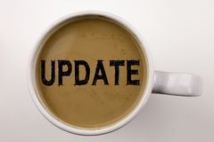 更新在咖啡的文字文本在杯子 数字式互联网改善的企业概念在与拷贝空间的白色背景 投反对票 免版税库存图片
