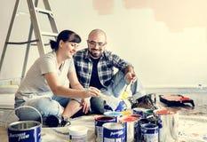 更新房子的年轻夫妇 免版税库存图片