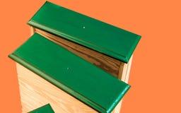 更新,绿化老丑恶的使用的碗柜的被绘的和被修理的抽屉,准备好回收,被发布在橙色ba前面 库存图片