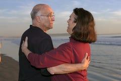 更旧海滩夫妇 免版税库存照片