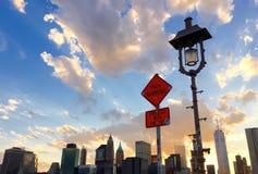 曼哈顿、灯柱和一个标志大厦在布鲁克林大桥 免版税图库摄影