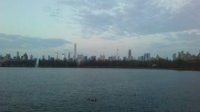 曼哈顿中城地平线看法从中央公园的在复活节的日出期间在纽约, NY 免版税库存图片