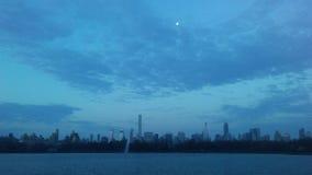 曼哈顿中城地平线看法从中央公园的在复活节的日出期间在纽约, NY 图库摄影