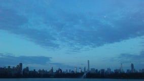 曼哈顿中城地平线看法从中央公园的在复活节的日出期间在纽约, NY 免版税库存照片