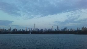 曼哈顿中城地平线看法从中央公园的在复活节的日出期间在纽约, NY 库存照片