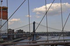 曼哈顿从布鲁克林大桥的桥梁视图在从纽约的East河在美国 库存照片