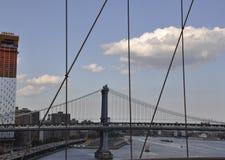 曼哈顿从布鲁克林大桥的桥梁视图在从纽约的East河在美国 免版税库存图片