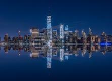 曼哈顿从泽西城的地平线反射, NJ 库存照片