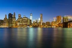 曼哈顿全景在夜之前 库存照片