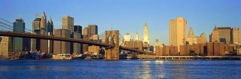 曼哈顿全景日落视图往女王/王后的在East河,纽约, NY 免版税库存图片