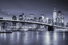 曼哈顿和Brooklin桥梁看法在夜,纽约之前 免版税库存图片