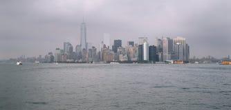 曼哈顿在一多云天 免版税图库摄影