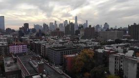 曼哈顿在日落时间的大厦屋顶在纽约 股票录像