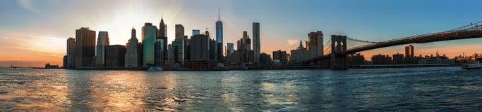 曼哈顿地平线全景在日落期间的 图库摄影