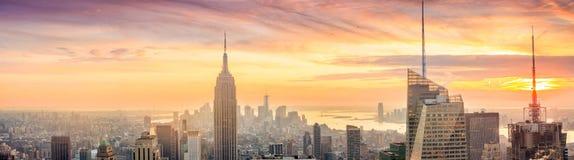 曼哈顿地平线全景在日落的 库存照片