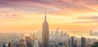 曼哈顿地平线全景在日落的 免版税库存图片