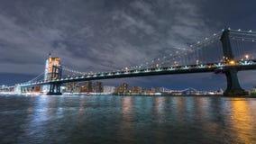 曼哈顿地平线和曼哈顿桥梁在晚上 Timelapse 在背景的高楼 纽约, NYC 股票视频