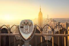 曼哈顿地平线和游人双筒望远镜纽约 库存图片