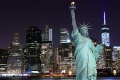 曼哈顿地平线和自由女神象在晚上 免版税图库摄影
