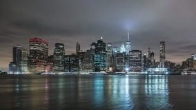 曼哈顿地平线在从布鲁克林的晚上 Timelapse 在背景,纽约, NYC的高楼 股票视频