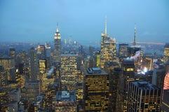 曼哈顿地平线在晚上,纽约 免版税库存照片