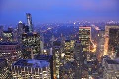 曼哈顿地平线在晚上,纽约 免版税图库摄影
