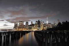 曼哈顿地平线在晚上 免版税库存图片