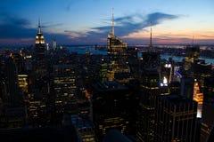 曼哈顿地平线,在黄昏 图库摄影