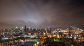 曼哈顿地平线,纽约在晚上 免版税库存照片