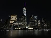 曼哈顿地平线 城市光 从哈得逊河的NYC 库存图片