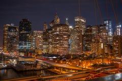 曼哈顿夜视图从布鲁克林大桥的 库存照片