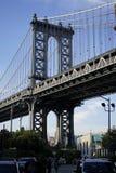 曼哈顿大桥和天空蔚蓝 库存照片