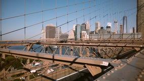 曼哈顿摩天大楼美好的透视图从布鲁克林大桥的通过惊人的金属网建筑4K 股票录像