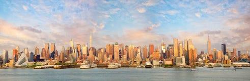 曼哈顿日落的地平线全景 免版税库存图片