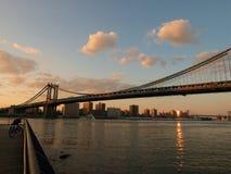 曼哈顿桥梁十字架河,布鲁克林在纽约 库存图片