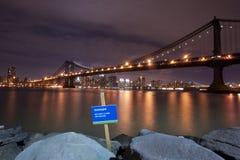 曼哈顿桥梁危险江边 库存图片
