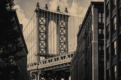 曼哈顿桥梁和一条老布鲁克林街道在纽约 图库摄影