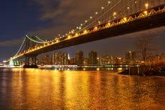曼哈顿桥梁和地平线视图从布鲁克林在晚上 免版税库存照片