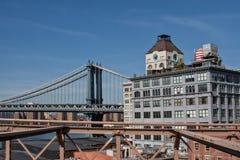 曼哈顿桥梁和尖沙咀钟楼顶楼房屋,纽约, NY,从布鲁克林的看法 免版税库存照片
