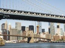 曼哈顿桥梁和布鲁克林大桥有曼哈顿地平线背景从清早布鲁克林有嘘蓝天和太阳的 库存图片