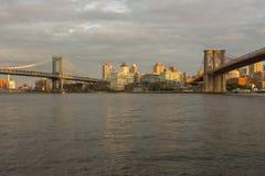 曼哈顿桥梁和布鲁克林大桥,纽约日落视图  库存照片