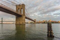曼哈顿桥梁和布鲁克林大桥,纽约日落视图  免版税库存照片