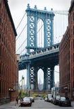 曼哈顿桥梁和纽约地平线从布鲁克林 库存照片