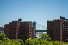 曼哈顿桥梁和降低曼哈顿东区的公寓如被看见从布鲁克林大桥 免版税库存照片