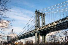 曼哈顿桥梁和从Dumbo看的曼哈顿地平线在布鲁克林-纽约,美国 库存照片
