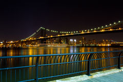 曼哈顿桥梁和NYC地平线在晚上 库存图片