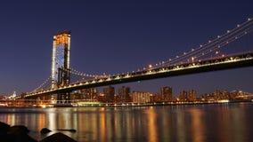 曼哈顿桥梁在晚上如被看见从布鲁克林大桥公园在纽约 图库摄影