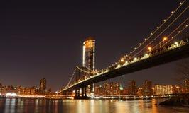 曼哈顿桥梁在晚上如被看见从布鲁克林大桥公园在纽约 库存照片